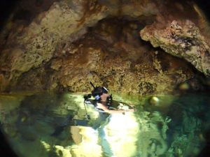 水中洞窟 CAVE